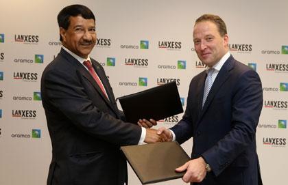 Abdulrahman F. Al-Wuhaib, Senior Vice Presidente Downstream da Saudi Aramco (esquerda) e Matthias Zachert, CEO da Lanxess (direita)