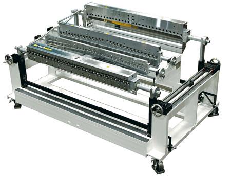 A estação de limpeza rápida Ultracart™ pode ser projetada para acomodar matrizes com 9 manifolds. A matriz desmontada mostrada aqui é uma unidade com 3 manifolds.