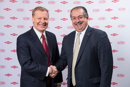Edward Breen, da Dupont (esq), e Andrew Liveris, da Dow (dir) se cumprimentam durante o anúncio da fusão entre as duas empresas no dia 11 de dezembro