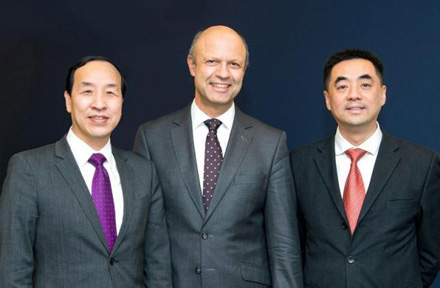 Ting Cai, Chairman e CEO da China National Chemical Equipment Co. Ltd. (CNCE), Frank Stieler, CEO da KraussMaffei Group e Chen Junwei, CEO da ChemChina Finance Co. Ltd