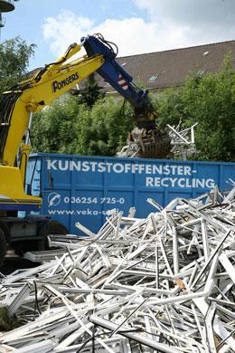Cerca de 125.000 toneladas de resíduos de PVC, incluindo perfis de janelas, são reciclados anualmente na Europa. O material regenerado pode ser usado sem dificuldade para a produção de artigos para o setor da construção, tais como perfis e tubos