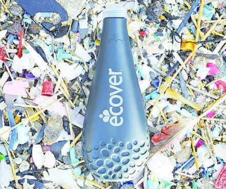 Para a garrafa de detergente fabricada com polietileno através do processo de extrusão-sopro, a Ecover Bélgica N.V., fabricante de produtos de limpeza ecológicos, utiliza resíduos de plástico recolhidos no mar por pescadores