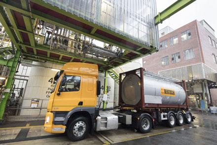 Caminhão chega à estação onde será carregado com o poliol à base de CO2 da Covestro - o primeiro a nível  mundial.